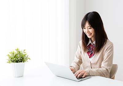 パソコンを操作する女子高生 -S