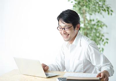パソコンを操作する先生