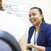 指導するフィリピン人講師
